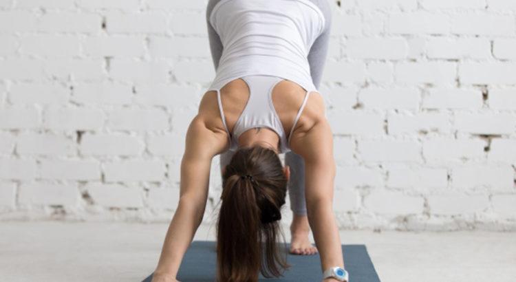 Monitora de Yoga haciendo estiramientos