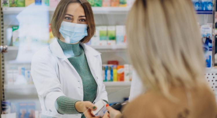Empleada de Técnico de Farmacia y Parafarmacia atendiendo a una clienta